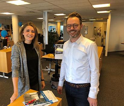 Trine Hansen og Heino Juhl med de nye tryksager på Lindabs kontor i Haderslev